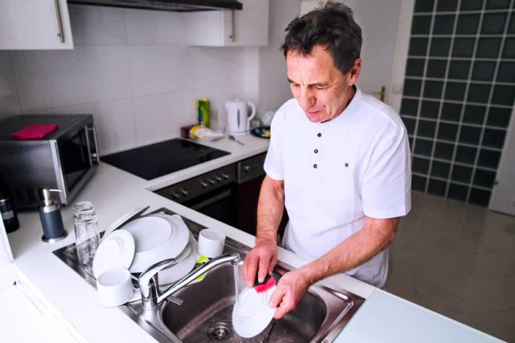 faire sa vaisselle à la main pour économiser l'eau