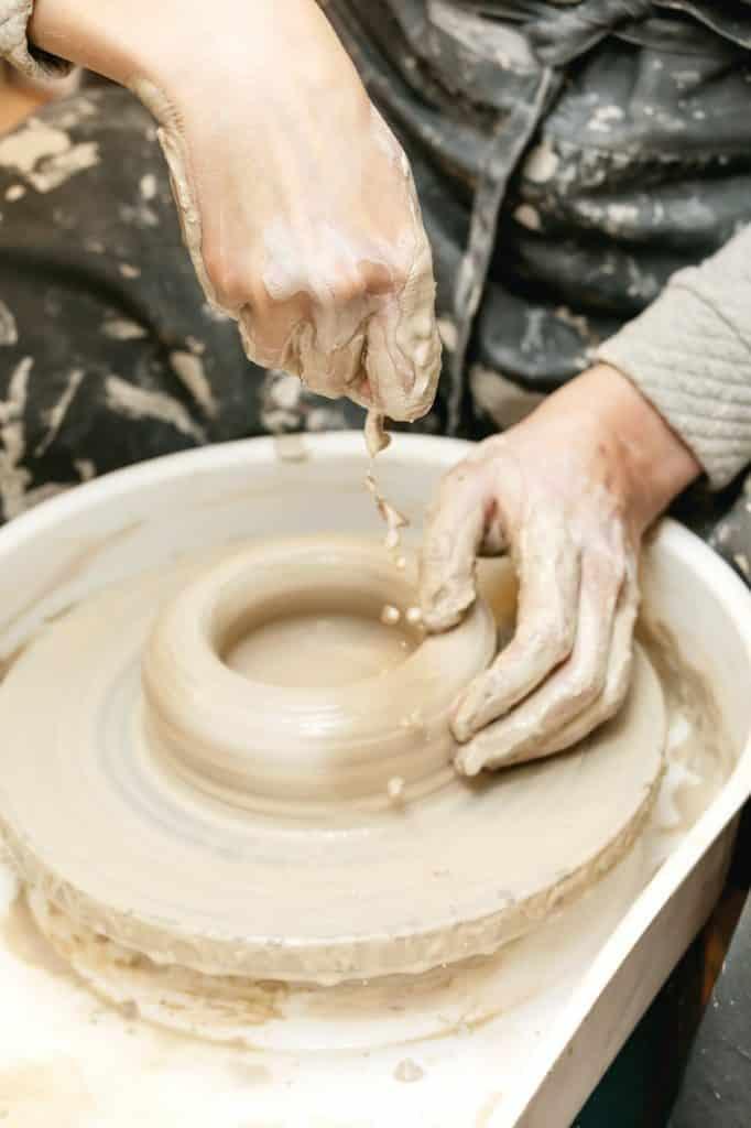 gros plan sur une personne faisant de la poterie pour fabriquer des oyas maison