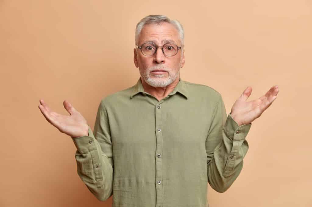 homme confus lève les mains et se demande comment utiliser les oyas à planter