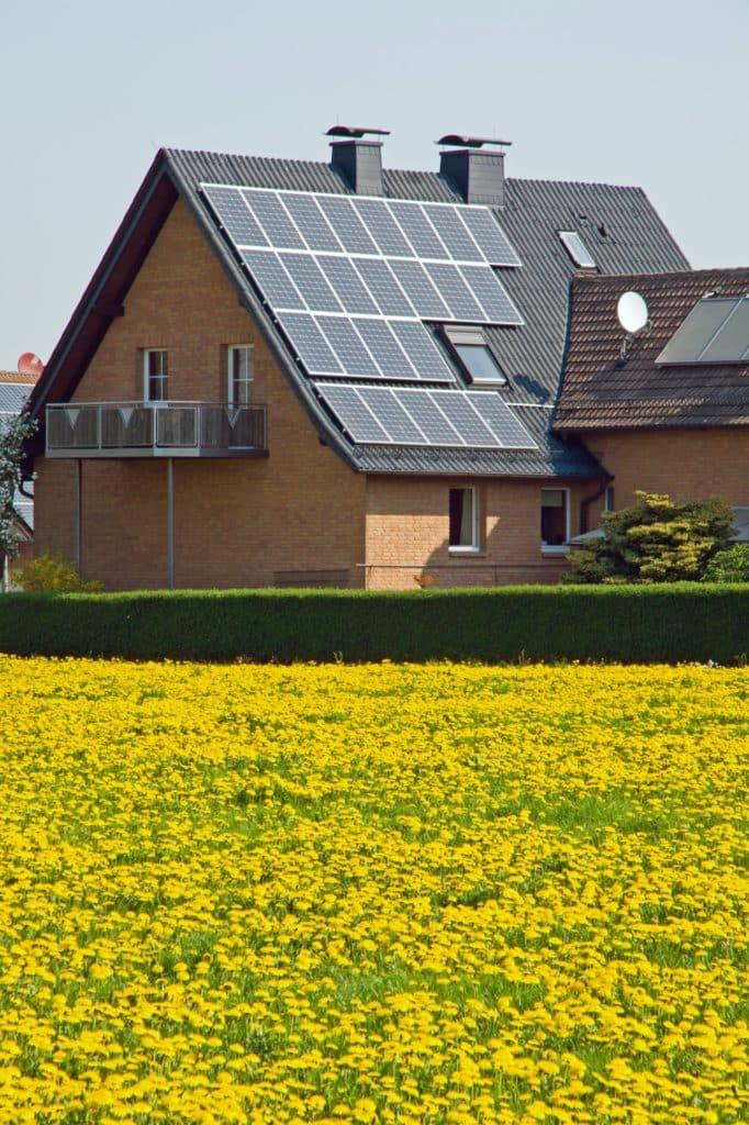 habitat écologique avec panneaux solaires sur le toit