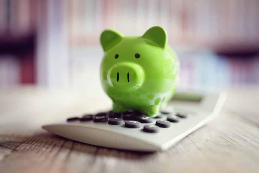 tirelire cochon verte sur une calculatrice