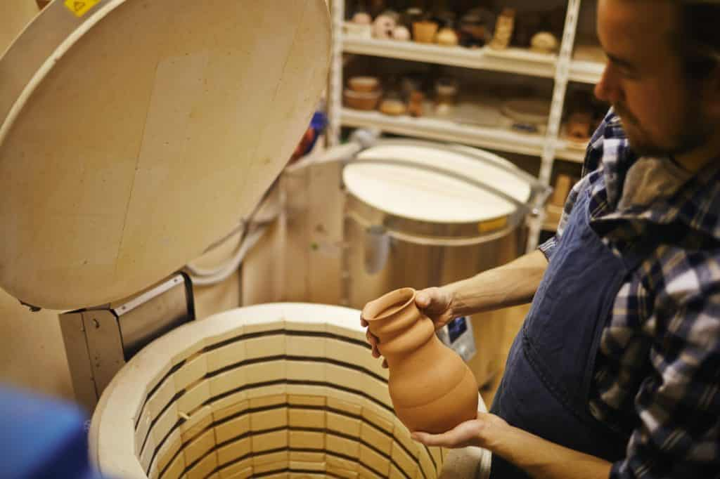pottier met une oya dans un kiln