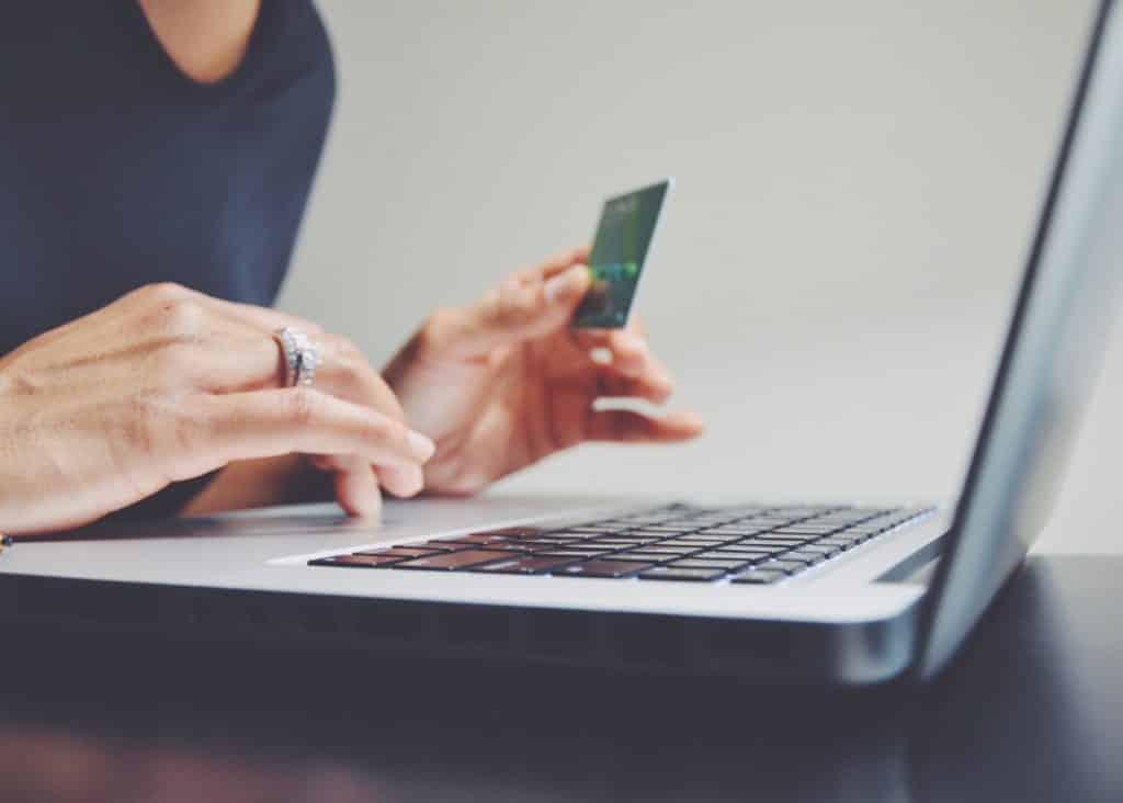 femme fait un paiement en ligne