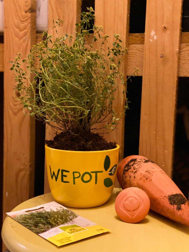 """pot avec écrit """"wepot"""" dessus et oya"""